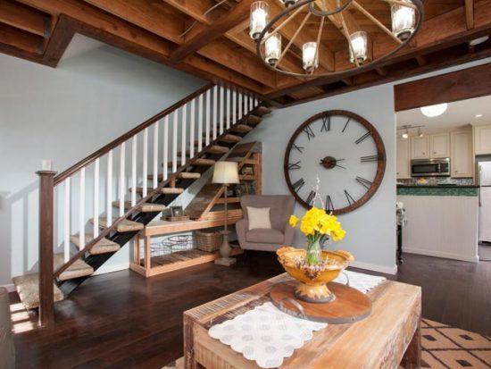 Большие часы в гостиной