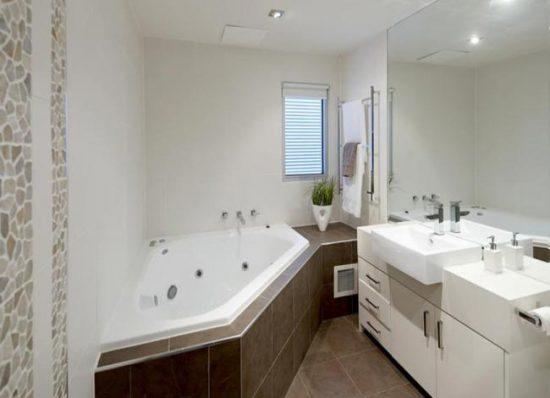 Асимметричная ванна смотрится оригинально