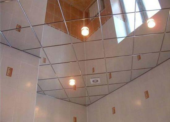 Зеркальный потолок делает комнату зрительно больше и выше