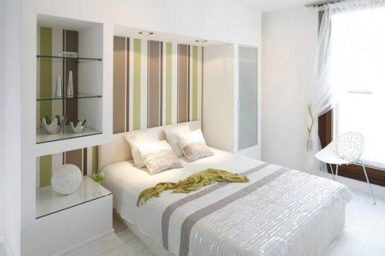 Белая отделка в спальне создает ощущение чистоты и комфорта