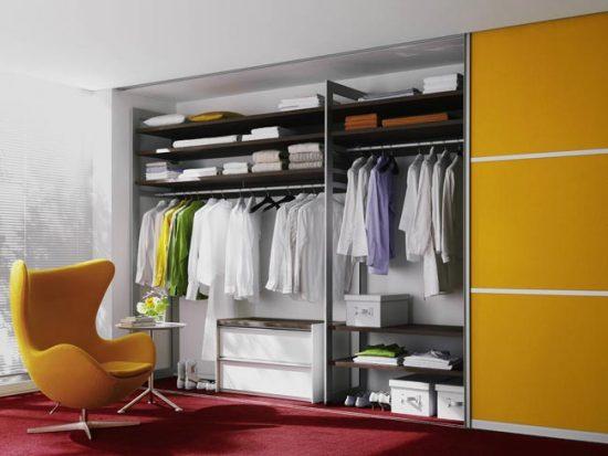 Даже если шкаф очень большой, не делайте дверцы слишком широкими
