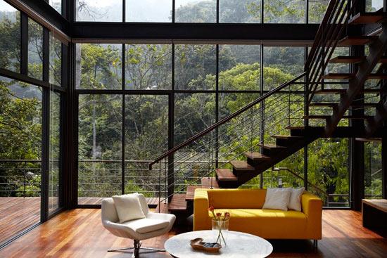 Дом с панорамным остеклением в лесу