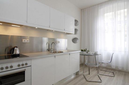 Белый тюль на кухне