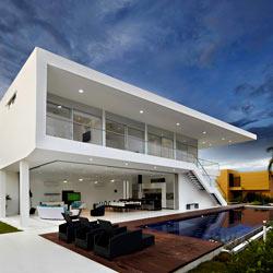 Фасад дома с панорамными окнами