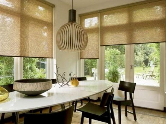 Кухня с рулонными шторами