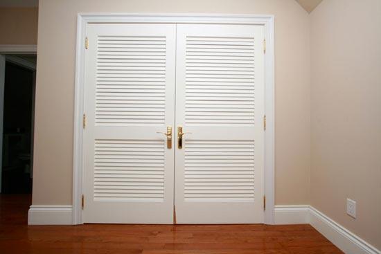 Плюсы жалюзийной двери