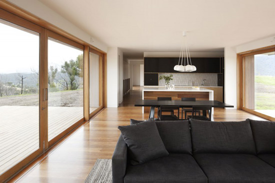 Интерьер дома с панорамными окнами