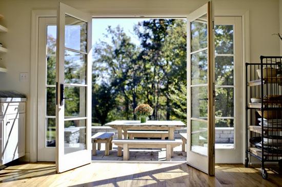 Распахнутое французское окно