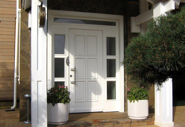 В частных домовладениях и коттеджах входные двери практически всегда открываются наружу