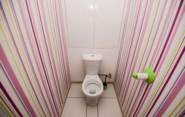 какие обои наклеить в туалете