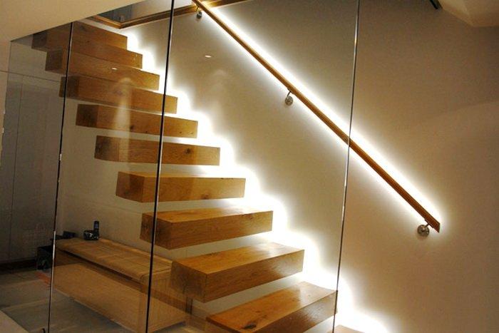 Владелец загородного коттеджа для качественной подсветки лестницы должен правильно рассчитать метраж ленты