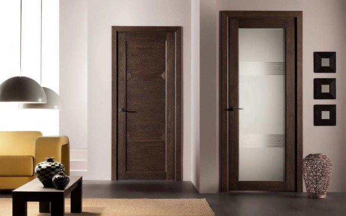 Существуют модели, содержащие дополнительно стеклянные вставки, придающие двери легкость.