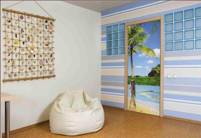 Фотообои недорогие, что позволяет регулярно менять их и сделать уникальную дверь.