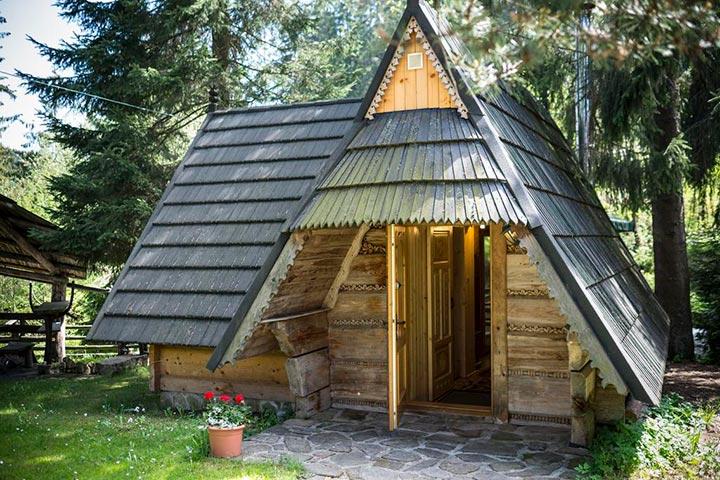 дом-шалаш из дерева