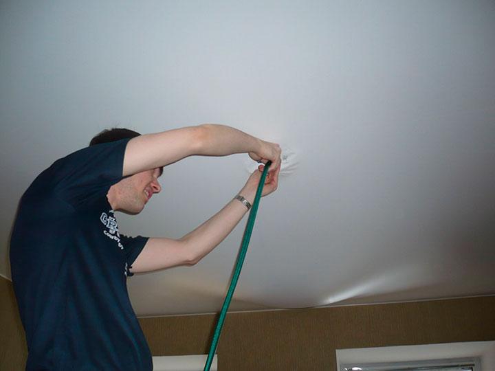 как убрать воды с натяжного потолка