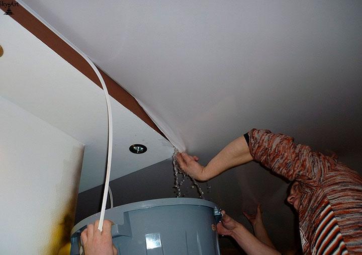 как высушить потолок после потопа