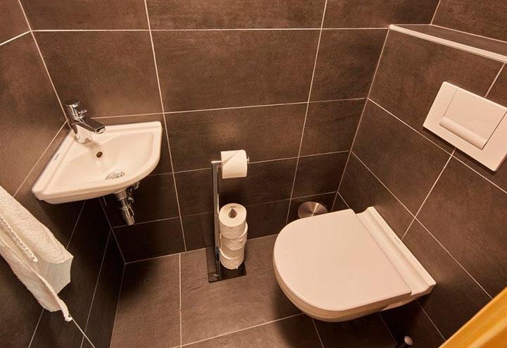 маскировка труб в туалете