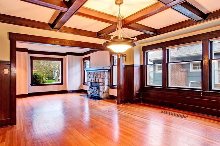 просторная комната с кессонным потолком