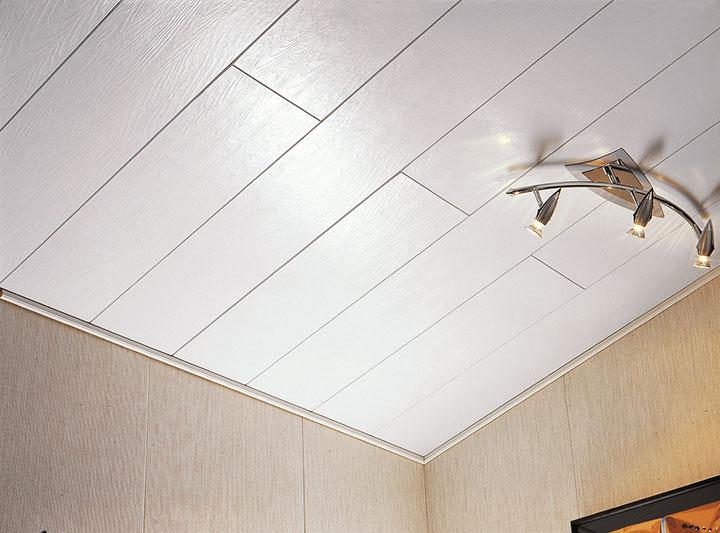 белый ламинат на потолке