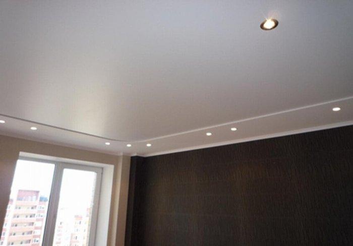 К основной особенности сатиновых потолков следует отнести ненавязчивое, достаточно мягкое отражение света