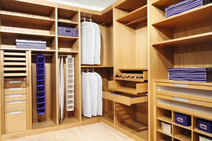 Для полок для гардеробной комнаты подойдут сосна и ель с приятным ароматом.