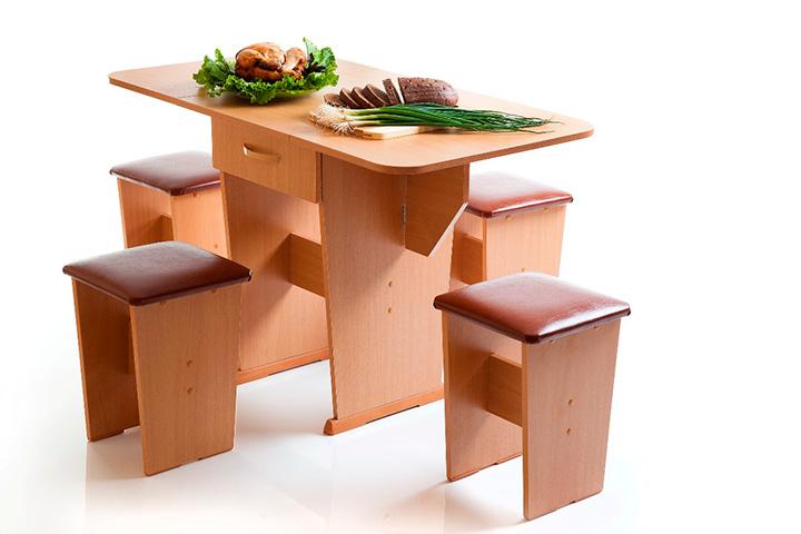 стол и классические табуреты