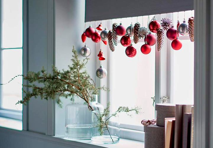 елочные шары на окне