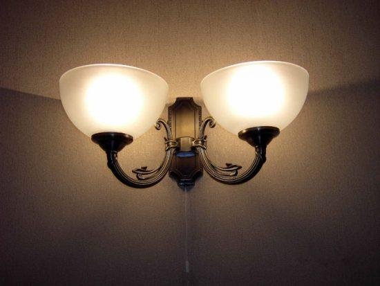 Настенный светильник с выключателем-шнурком