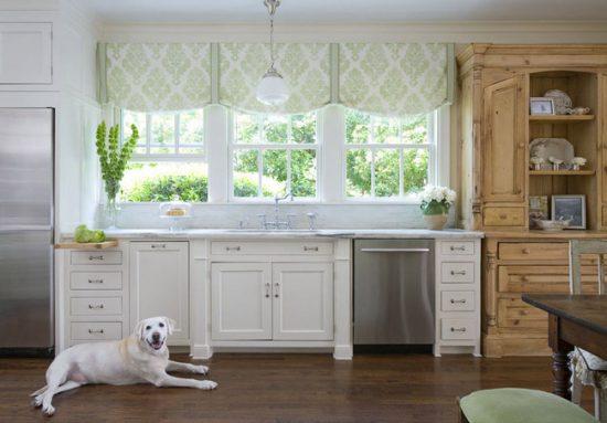 Выбирайте такой цвет штор, который будет гармонировать с отделкой кухни