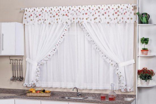 Короткие шторы позволят открыть зону подоконника на кухне